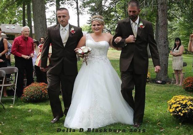 #PrêtàLiker : la mariée va à l'autel avec son père et son beau-père