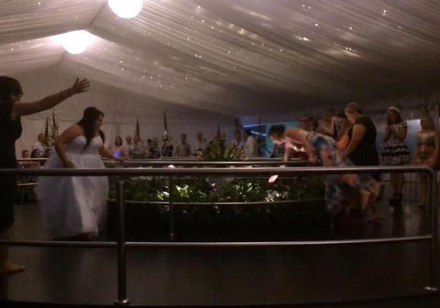 Vidéo : elle est prête à tout pour le bouquet de la mariée !