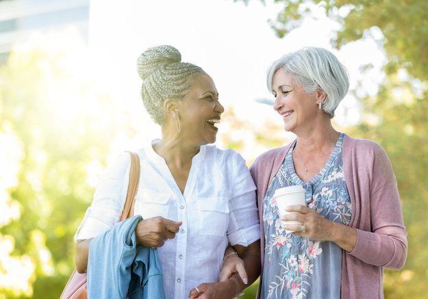 Amies depuis des décennies : quels sont les secrets de la longévité en amitié ?