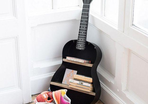 Une étagère guitare