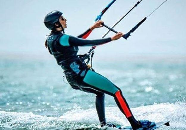 Laury Thilleman fait du kite surf