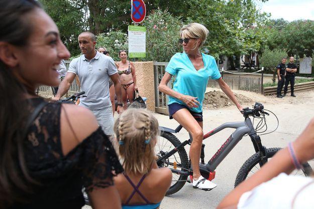 Brigitte Macron en forme et rayonnante à Brégançon