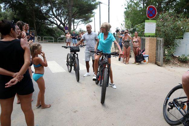 Brigitte Macron, prête à se délecter d'une promenade à vélo
