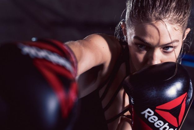 Gigi Hadid en train de faire du fitness boxing pour sa campagne Reebok
