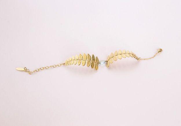 Le bracelet en laiton doré à l'or fin et topaze bleue Laure Mory Bijoux