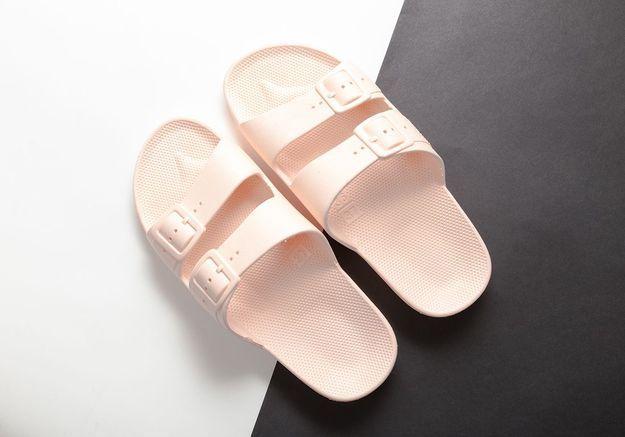 Les slippers en plastique Moses