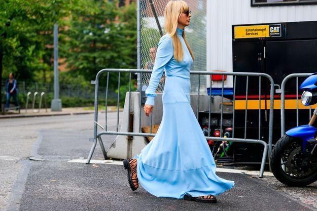 Une robe en soie bleue