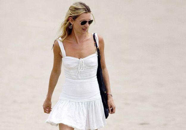 Les 15 astuces style de Kate Moss à la plage