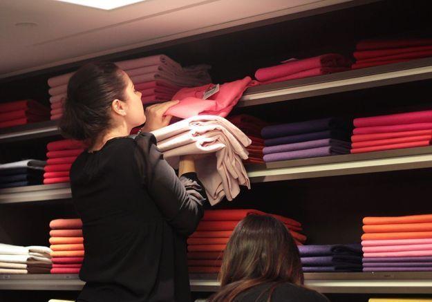 Un vendeuse sélectionne différentes teintes de rose.