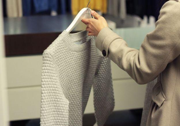 Une cliente a fait son choix, ce sera le pull ras de cou.