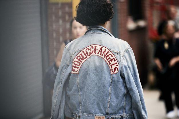 La veste en jean logotypée