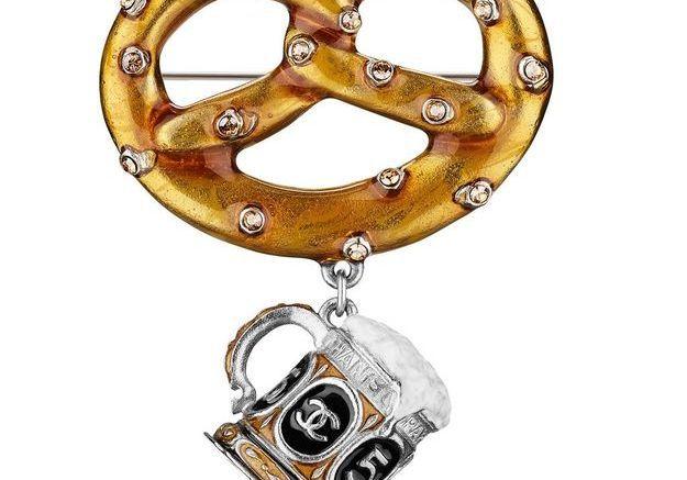 Broche bretzel en métal et résine Chanel Métiers d'art Paris-Salzbourg 2014/2015
