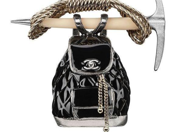 Broche pioche et sac à dos en métal et résine Chanel Métiers d'art Paris-Salzbourg 2014/2015