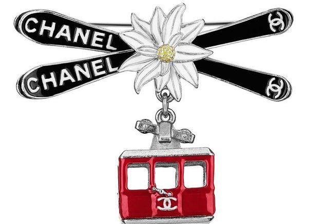 Broche télécabine en métal et résine Chanel Métiers d'art Paris-Salzbourg 2014/2015
