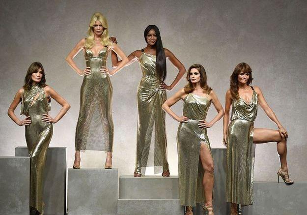 Les Supermodels au show Versace Carla Bruni, Claudia Schiffer, Naomi Campbell, Cindy Crawford et Helena Christensen