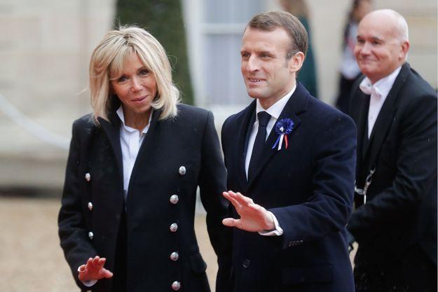 Brigitte et Emmanuel Macron saluent les photographes