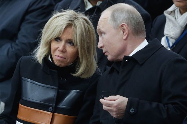 Brigitte Macron en discussion avec Vladimir Poutine