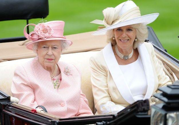 Camilla Parker-Bowles au côté de la reine Elizabeth... sans oublier ses bijoux préférés