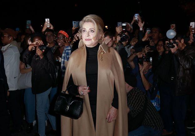 Catherine Deneuve nous donne une leçon de mode