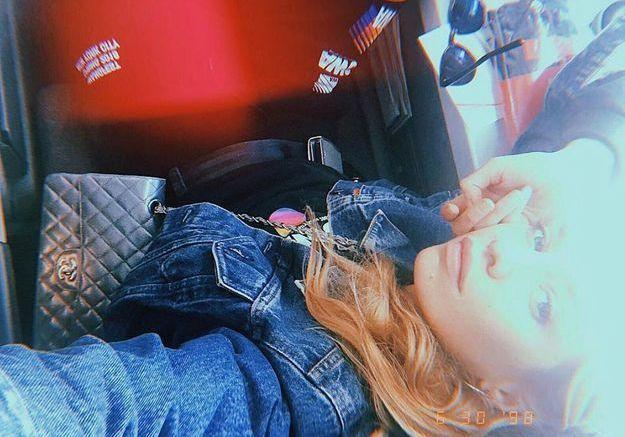 Stella Maxwell en veste en jean et bas de jogging