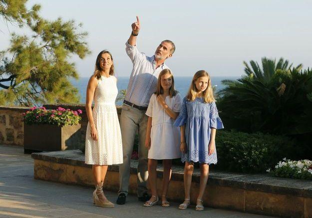 En famille et en robe en dentelle blanche