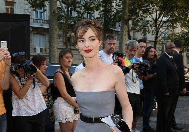 Le look masculin de Louise Bourgoin au défilé L'Oréal Paris