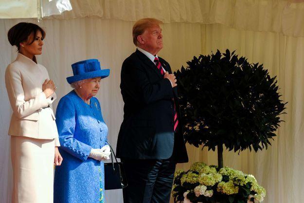 Melania Donald et Elizabeth II durant l'hymne national américain joué par les Coldstream Guards