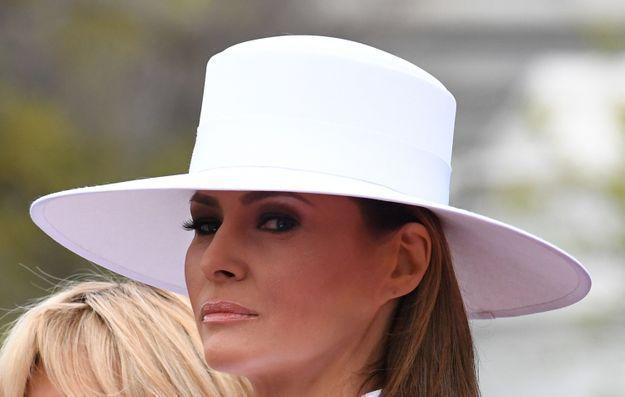 Le chapeau blanc assorti à sa tenue.