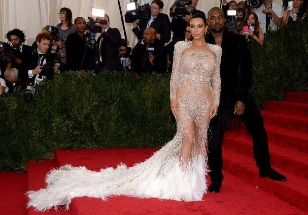 Kim Kardashian en robe de bal transparente