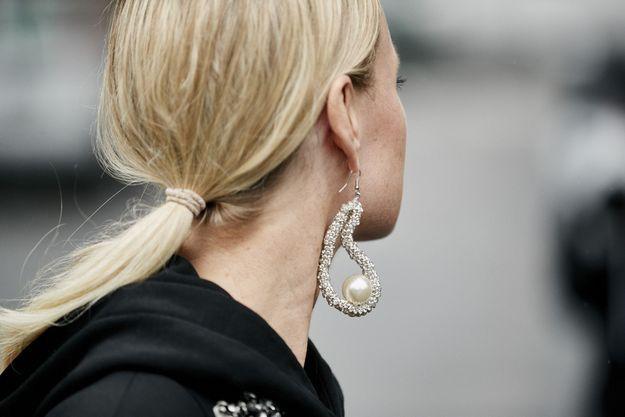 En boucles d'oreilles à perles, tu brilleras
