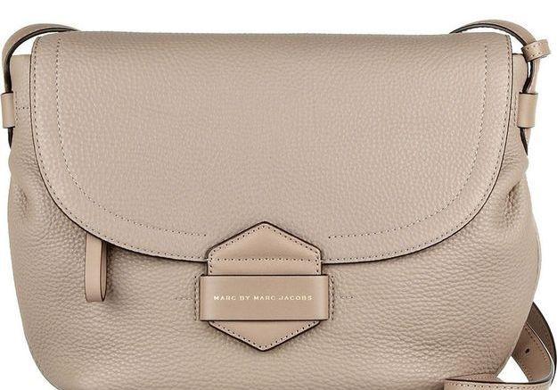Le sac en bandoulière pour une après-midi shopping