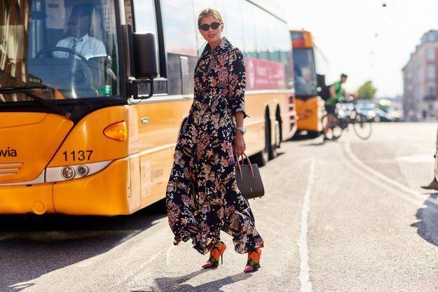 Une robe longue imprimée + des bottines chaussettes