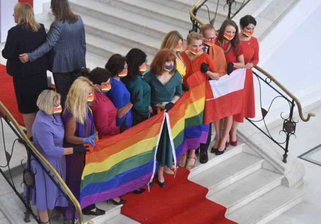 Comment les députés polonais utilisent la mode pour lutter contre un pouvoir homophobe