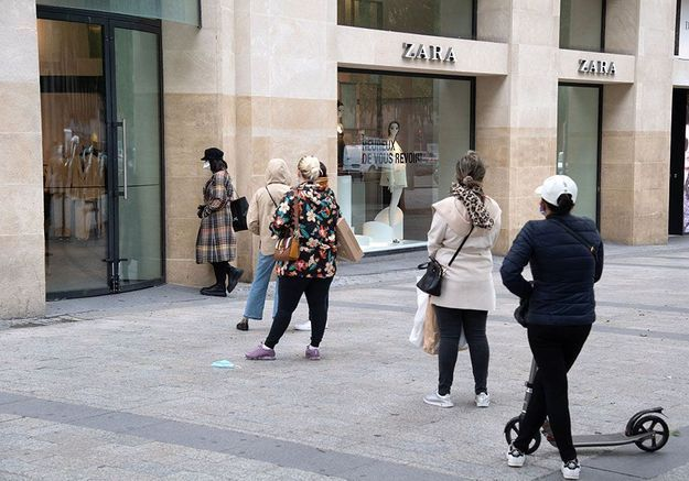 Déconfinés, ils font plus d'une heure de queue pour faire du shopping chez Zara