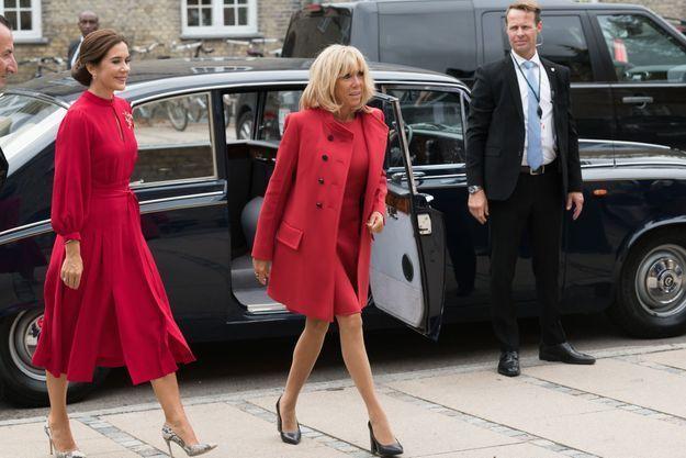 Brigitte Macron en rouge Vuitton et cheveux lâchés