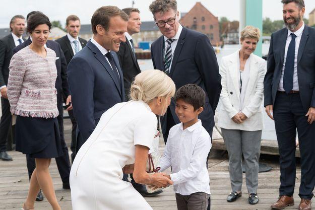 Brigitte Macron s'entretient avec un petit garçon au Danemark