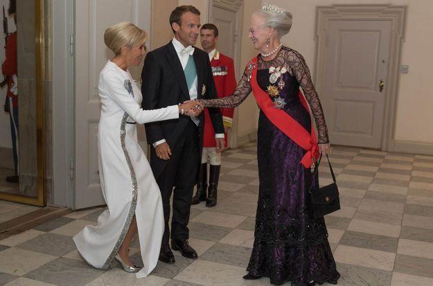 Brigitte Macron, en escarpins métallisés Vuitton, salue la reine Margreth II