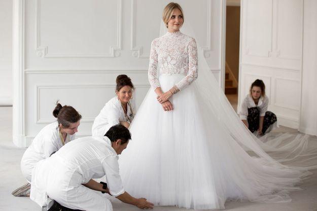 Chiara Ferragni en plein essayage de sa robe de mariée chez Dior
