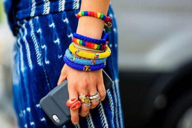 Une accumulation de bagues et de bracelets