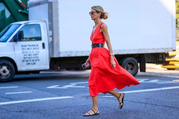 Une robe rouge ceinturée