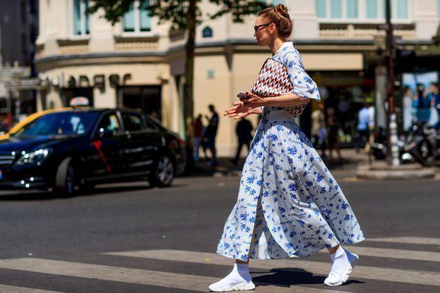 Jamais trop fleur bleue avec une pochette graphique et des chaussures techniques