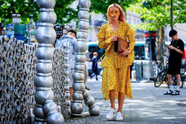 Même quand une robe a déjà des motifs et une couleur voyante, les froufrous ont leur place