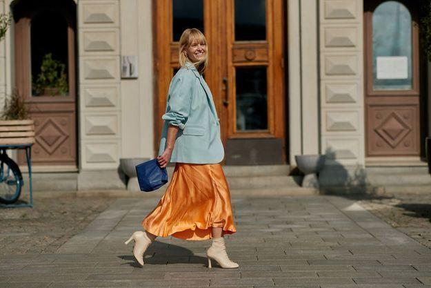 Une jupe vaporeuse orange pour le printemps