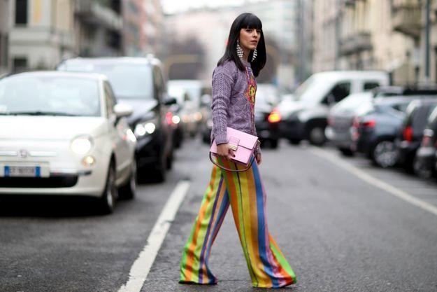 Avec une veste et un sac colorés