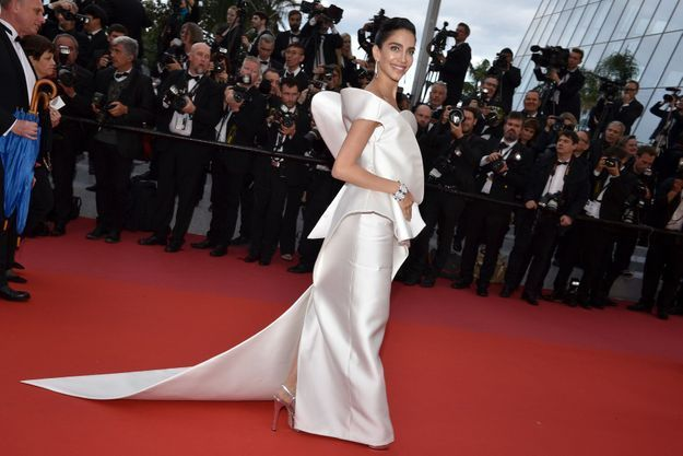 La robe scupturale de Jessica Kahawaty