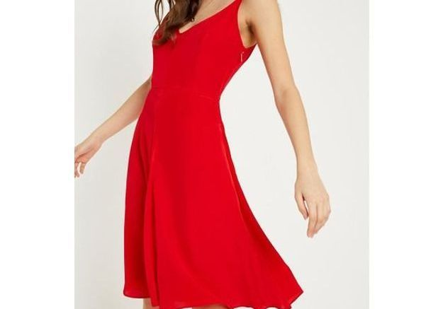 Robe rouge à fines bretelles Calvin Klein chez Urban Outfitters