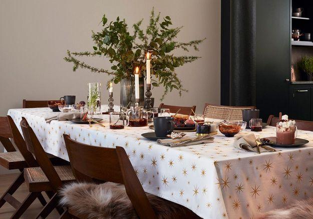 Une déco de table de Noël qui mixe les branches de sapin et d'eucalyptus dans un vase