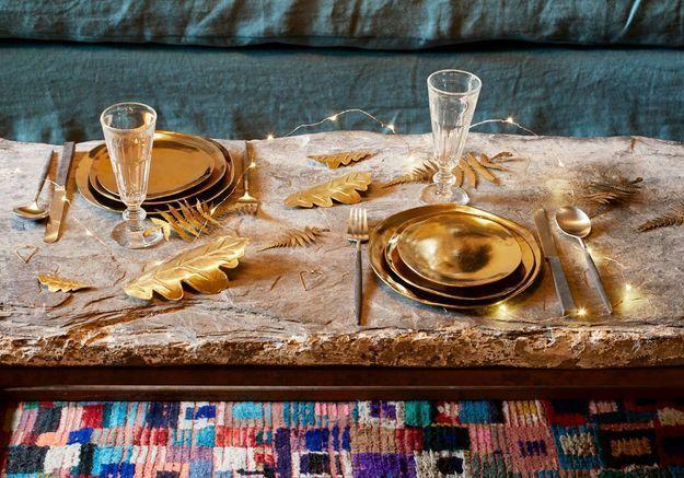 Une décoration de table de Noël entièrement dorée