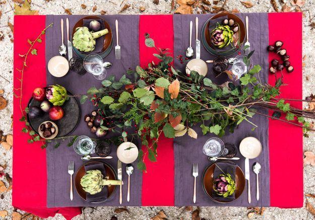 Une décoration de table de Noël qui ose le rouge et le prune