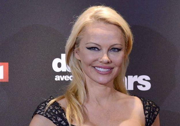 Accusée d'avoir épousé Jon Peters pour son argent, Pamela Anderson répond!